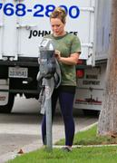 http://img142.imagevenue.com/loc579/th_806577386_Hilary_Duff_Going_to_Workout3_122_579lo.jpg