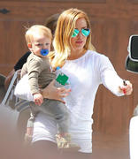 http://img142.imagevenue.com/loc581/th_670488659_Hilary_Duff_at_moms_house11_122_581lo.jpg