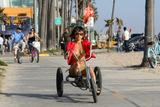 "in bikini on the beach in Venice, May 4 - in bikini on the beach takes a break from shooting 'Crank 2: High Voltage' in Venice, May 4 Foto 386 (В бикини на пляже в Венеции, 4 мая - в купальнике на пляж занимает отдохнуть от съемок ""Crank 2: High Voltage"" в Венеции, 4 мая Фото 386)"